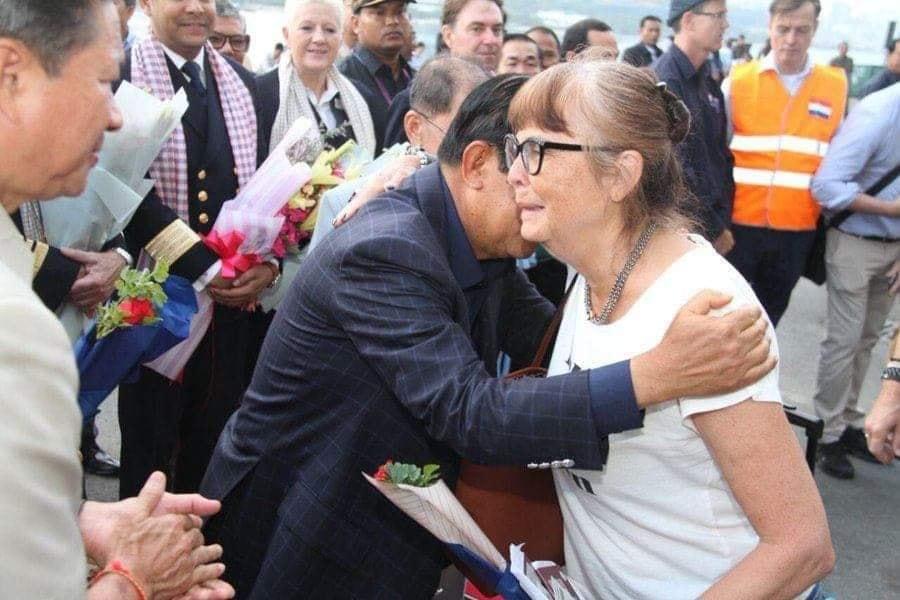Thủ tướng Hun Sen gặp gỡ các du khách trên tàu Westerdam. Ảnh: VOV.vn