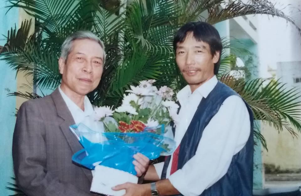 Nhà văn Hà Nguyên Huyến chúc mừng nhà thơ Thế Mạc nhân dịp cố nhà thơ tròn bảy mươi tuổi.