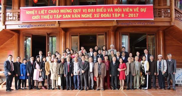 Các đại biểu cùng các thành viên trong CLB chụp ảnh lưu niệm